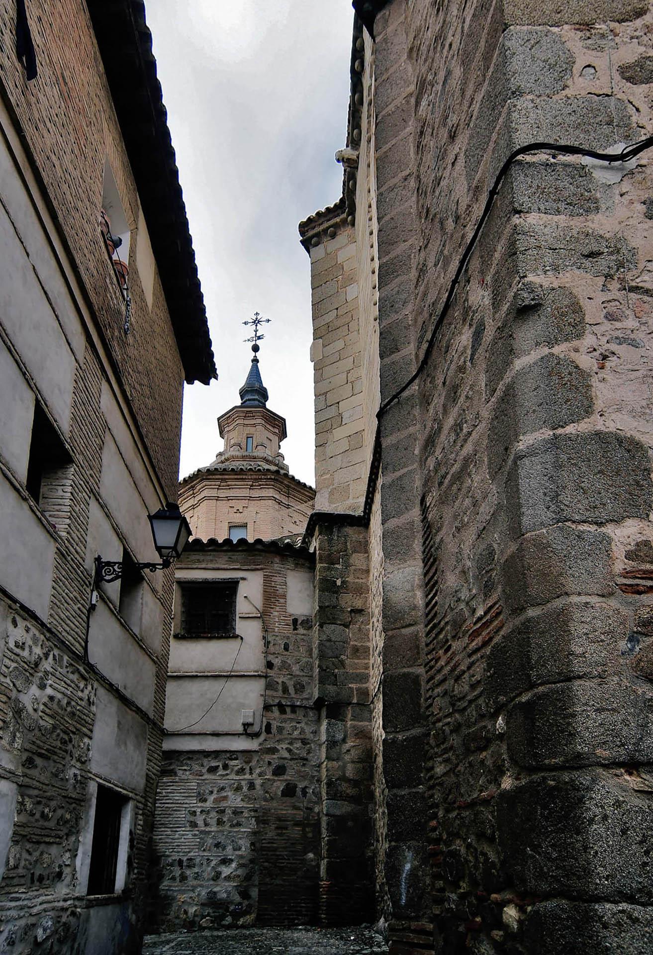 El callejón de los muertos con la cúpula al fondo de la Iglesia de San Andrés en Toledo