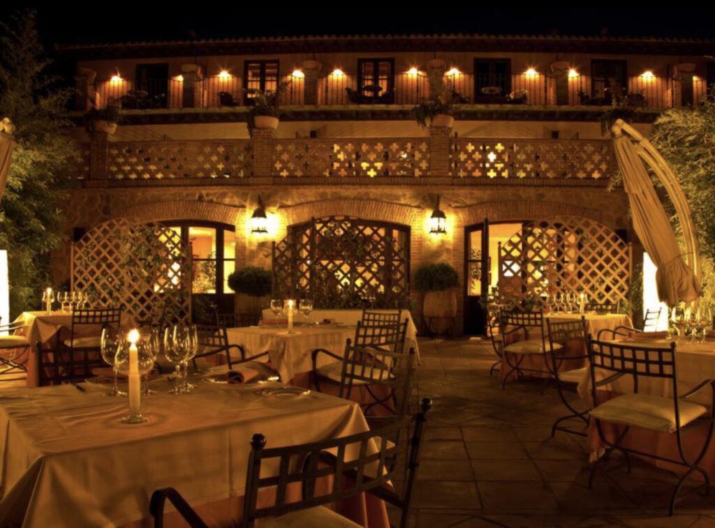 La terraza del Cigarral de Caravantes de noche. Toledo