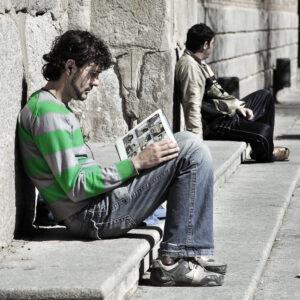 Joven leyendo en las escaleras del ayuntamiento de Toledo