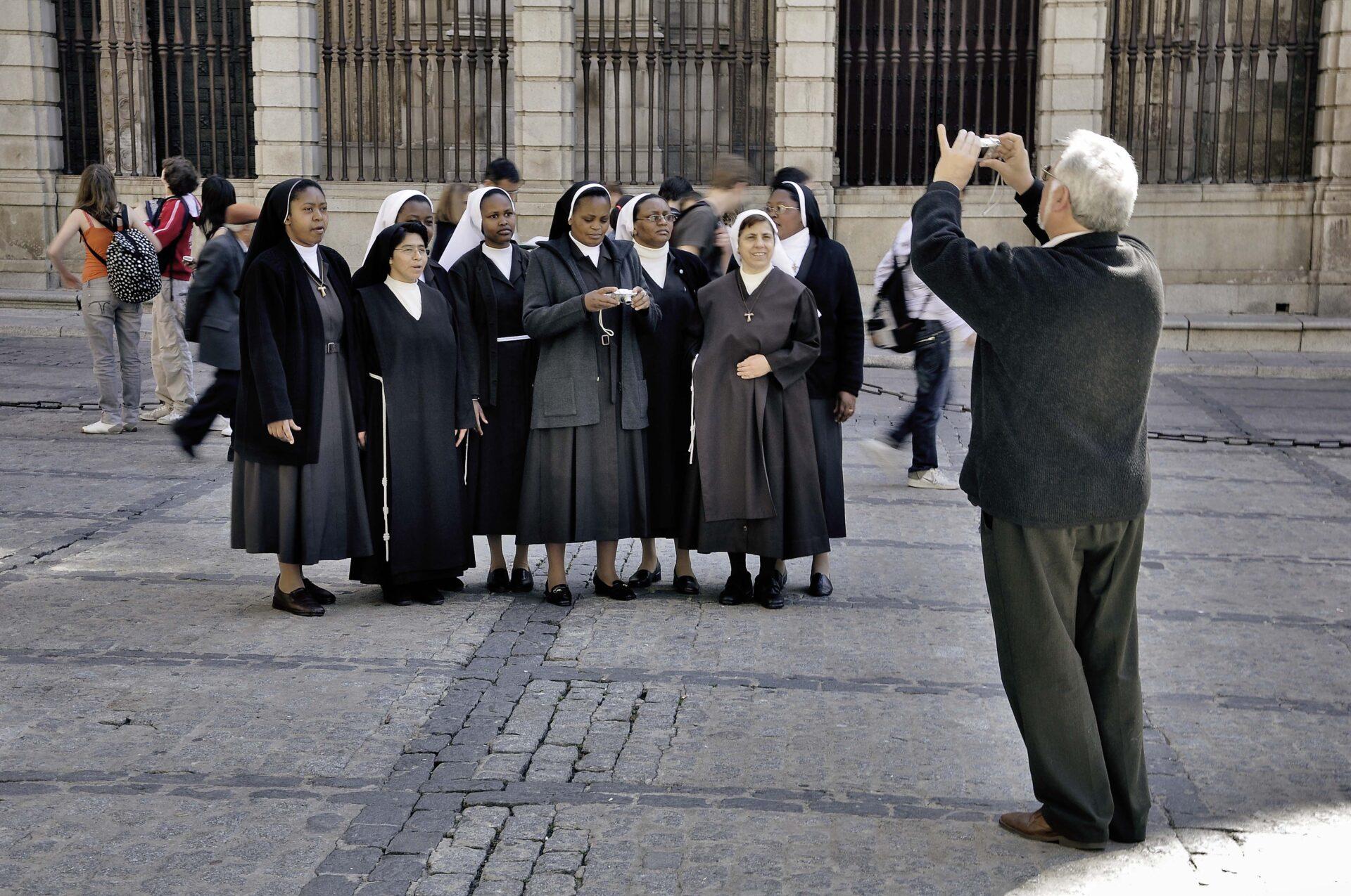 monjas en la plaza del ayuntamiento de Toledo, por un turismo sostenible