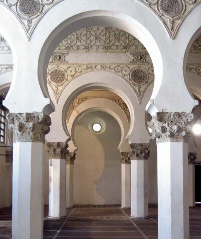 Interior de la Iglesia Santa Maria la Blanca en Toledo