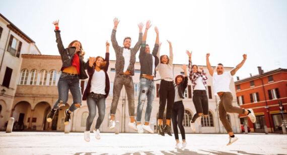 Gente joven saltando en grupo